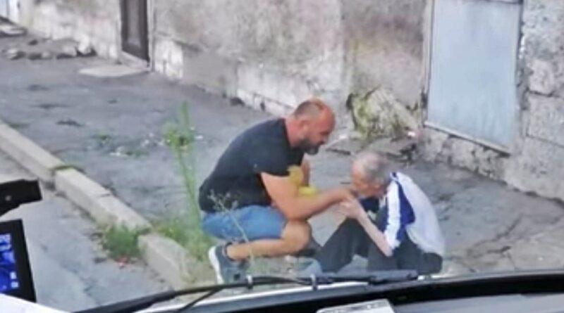 Историята защо 80 годишен старец целува ръката на непознат